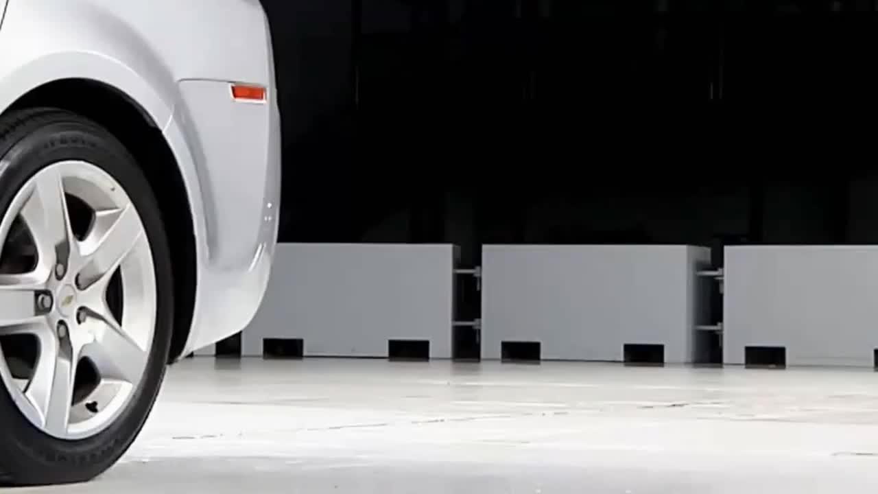 视频:奔驰C撞上迈锐宝后,我才明白豪车究竟贵在哪里了!