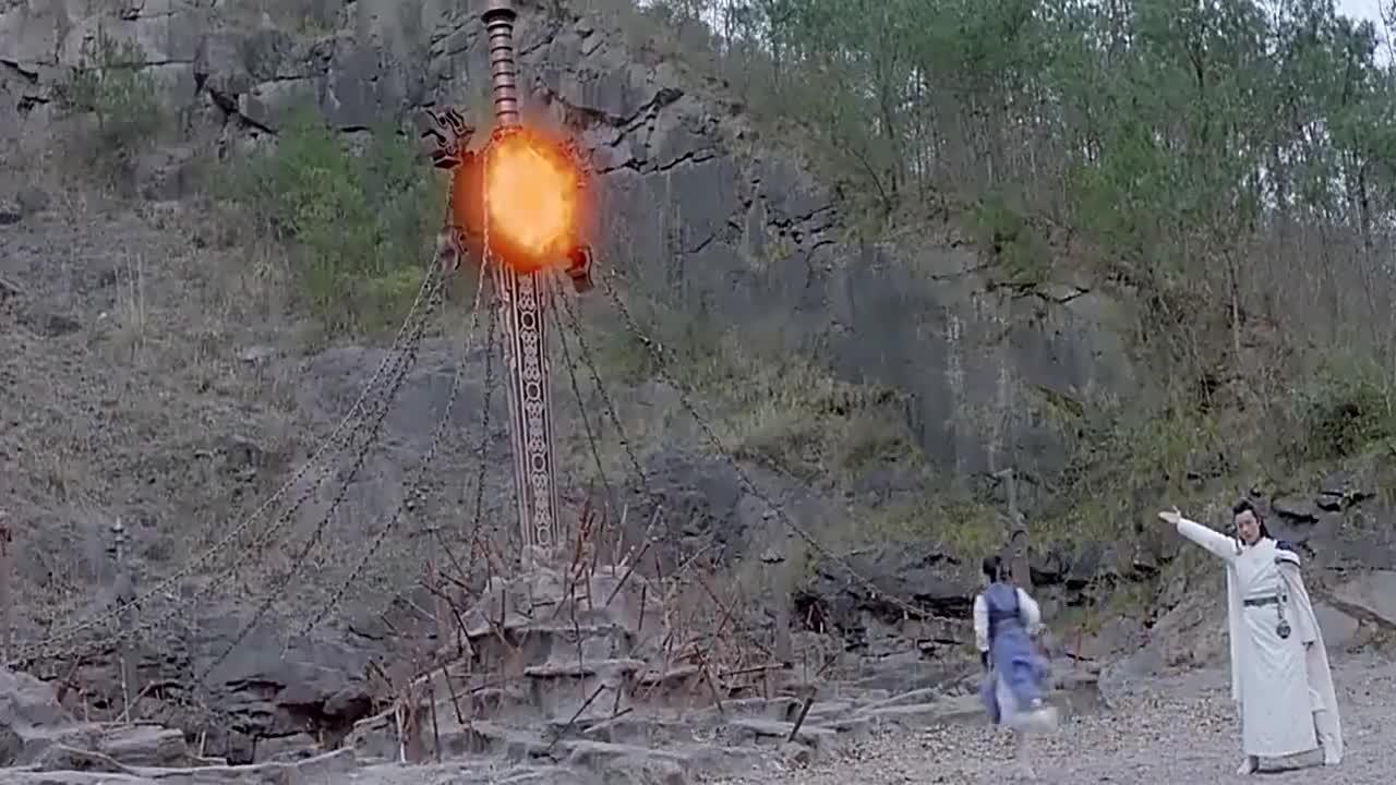 女孩直接从火炉里拿剑,出来之后直接变身了,原来是考验