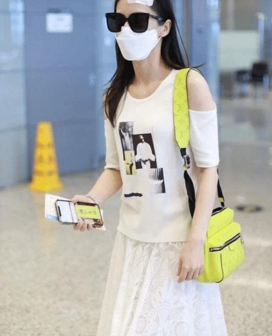 """鸭脖app下载:黄圣依不愧是""""浪姐"""" 穿着t恤和裙子出现在机场 头顶的纱布也不丢"""