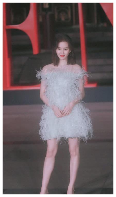刘诗诗穿深蓝色短袖T恤,搭一款牛仔裙,还是简单穿美一点!