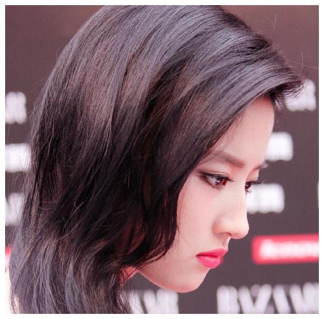 刘亦菲红裙飘逸冷艳婉约,表情唯美精致,美成了无法忘怀的风景线