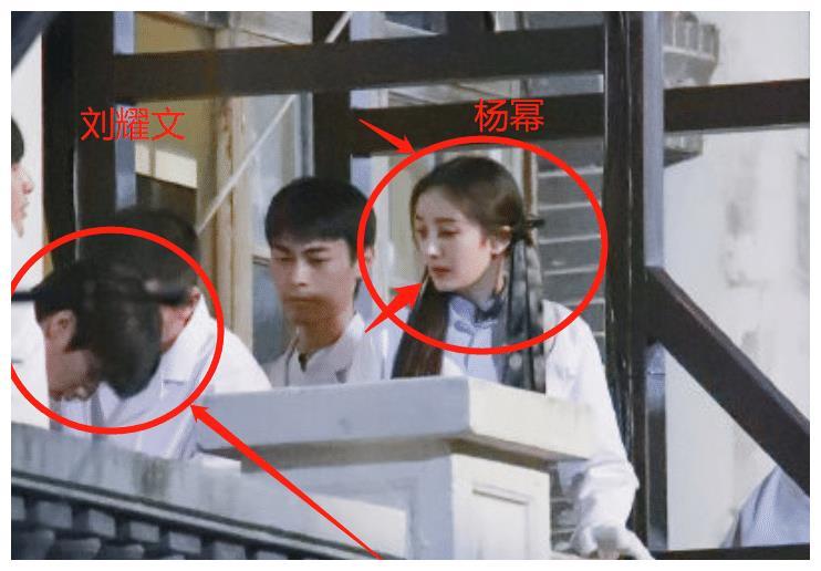 刘耀文录制《密室大逃脱3》,穿白色中山装被偶遇,确定才15岁?