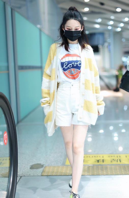 黄色开衫搭短裤小细腿让人羡慕