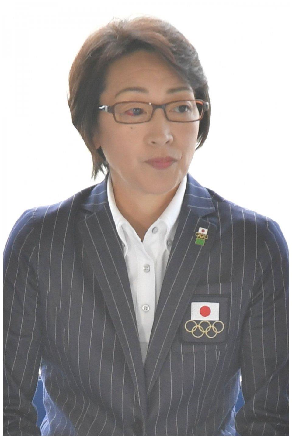 东京奥组委主席桥本圣子,罕见的冬夏两栖运动员,还是一名徽章控