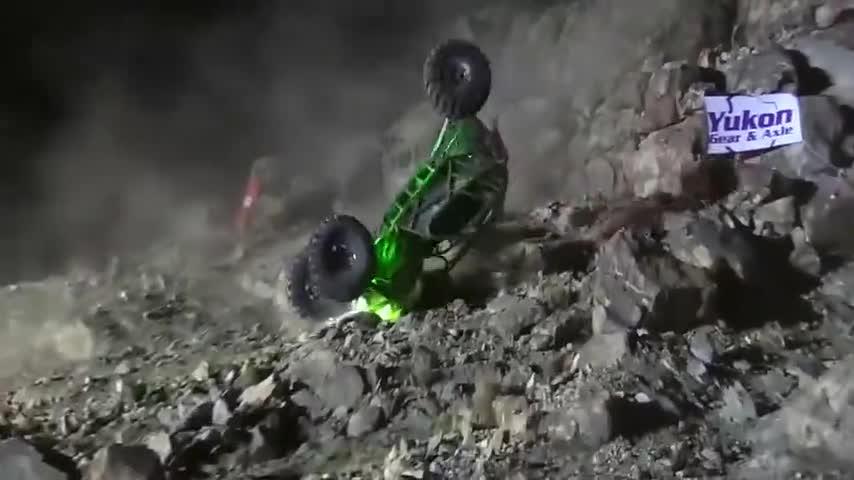 实拍老外开越野车太玩命!爬坡全程地板油,车翻爆缸摔断轴