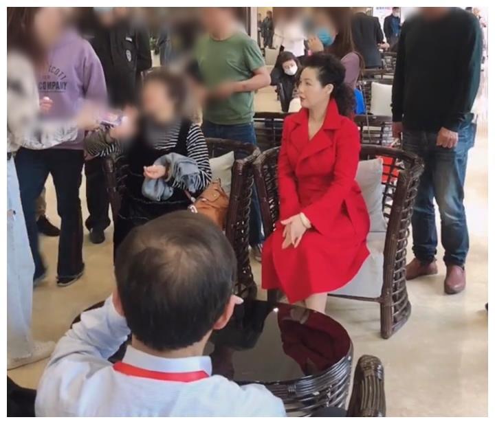 李双江小27岁妻子现身小镇,皮肤嫩如少女,获众多保安护行地位高