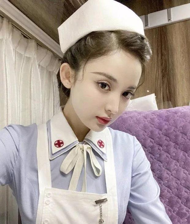 """古力娜扎""""护士装""""太扎眼,俏皮可爱而又显妩媚,皮肤白里透红"""