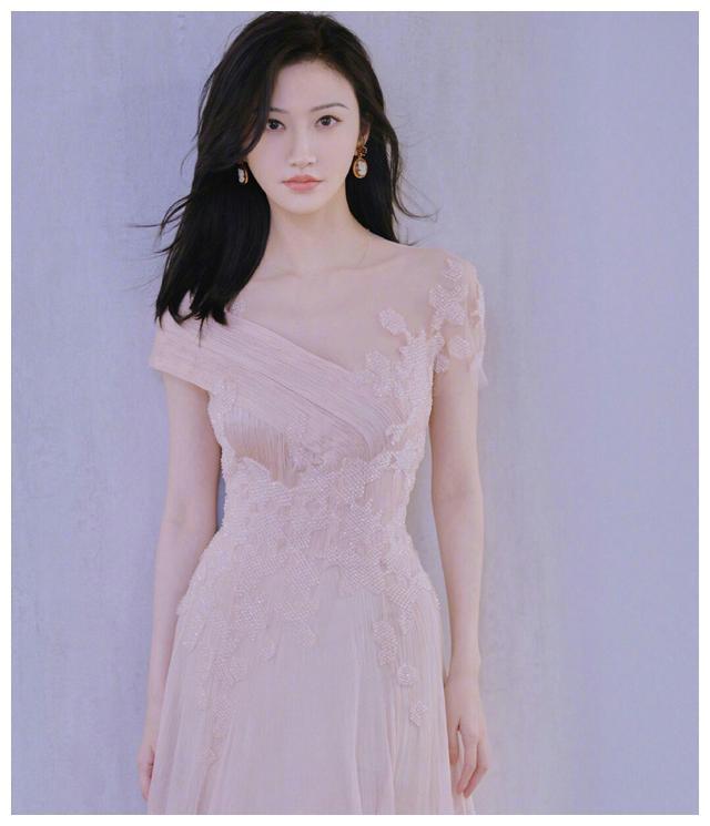 景甜一袭樱花粉长裙现身广州,粉丝:童话书忘锁,司藤公主出来了