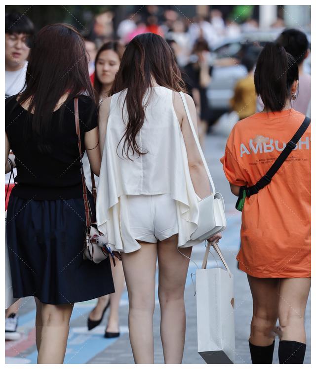 白色不规则百褶上衣,搭配镶钻裙裤,清爽干净,优雅娇俏