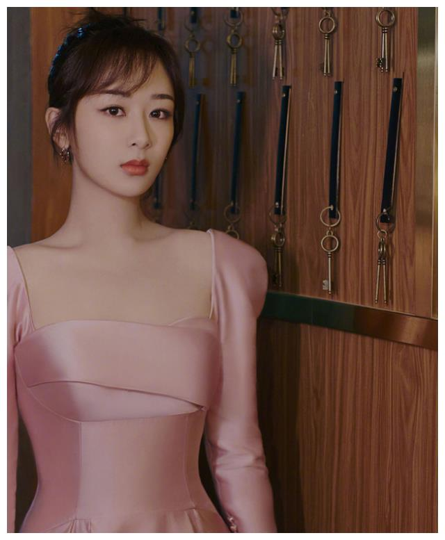 继一字肩后,杨紫活动偏爱泡泡袖,公主垫肩是找鞠婧祎借的吗