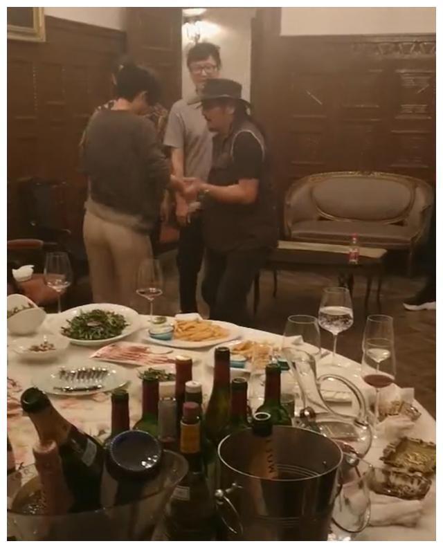 胡歌桂纶镁廖凡聚会,三人手端红酒拿烟超霸气,桂纶镁大跳热舞