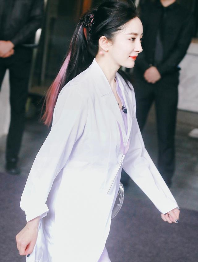 带火蜜桃耳环的杨幂白衣天使护士造型非常清新不失独特的美感,