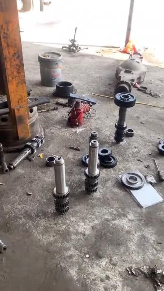变速箱齿轮拆解,各种零件都摆在地上,组装起来肯定很麻烦!