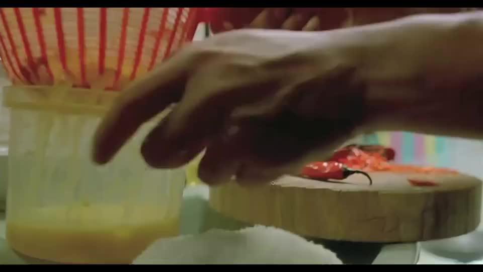 朋友让李连杰尝尝咖喱,他二话不说,拿起鸡腿得劲就啃