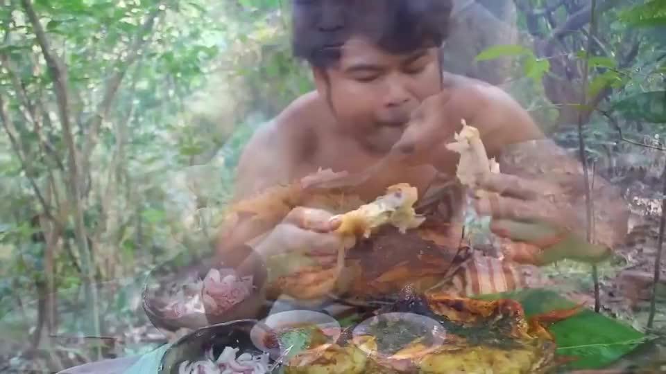 小哥丛林烤全鸡,抹上秘制佐料,外酥里嫩,吃一口味道棒极了!