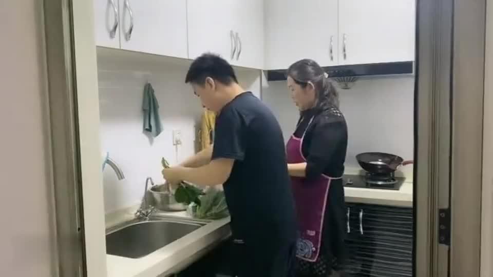 农村大哥突然回天津给母子俩一个惊喜,吃饭时教儿子先给妈妈夹肉