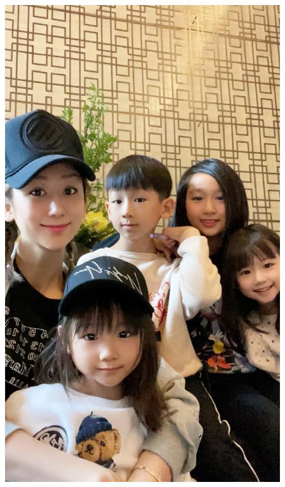 蒋丽莎晒与四个儿女自拍近照,母子五人宛如复制粘贴