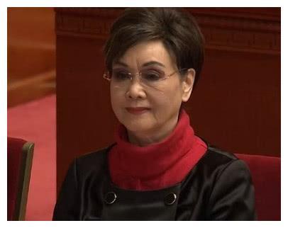 74岁李谷一近照,老公背景显赫比金铁霖还牛,女儿比她还美