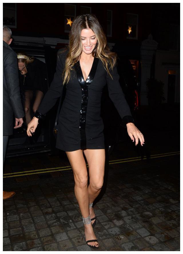 女星莎拉·麦克唐纳现身伦敦街头,她有着特别的娇艳