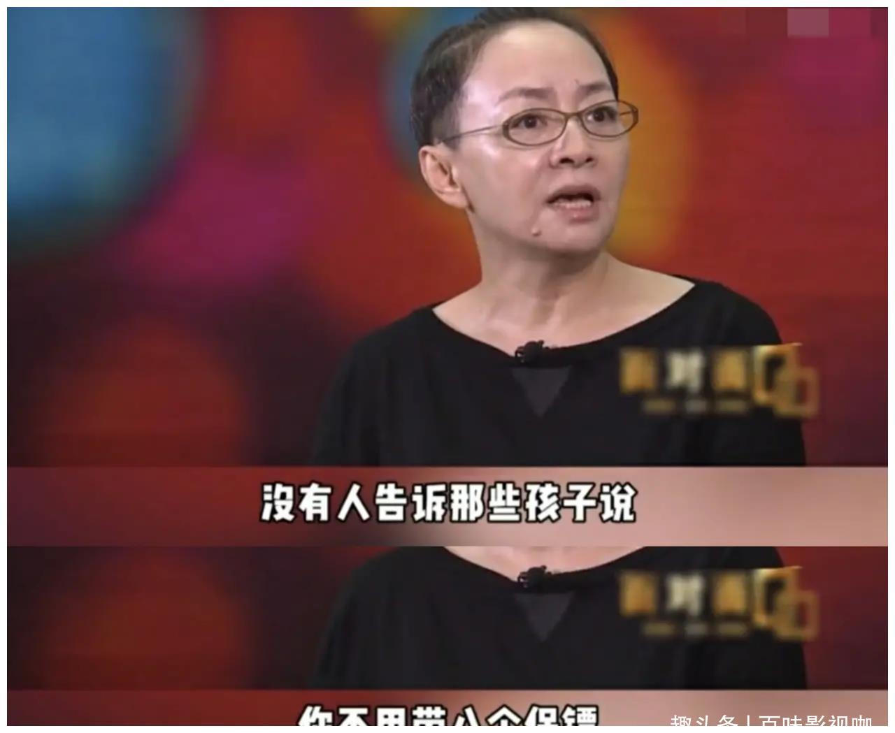 宋丹丹在采访中对年轻春晚明星说:你不用带8个保镖,更没必要装