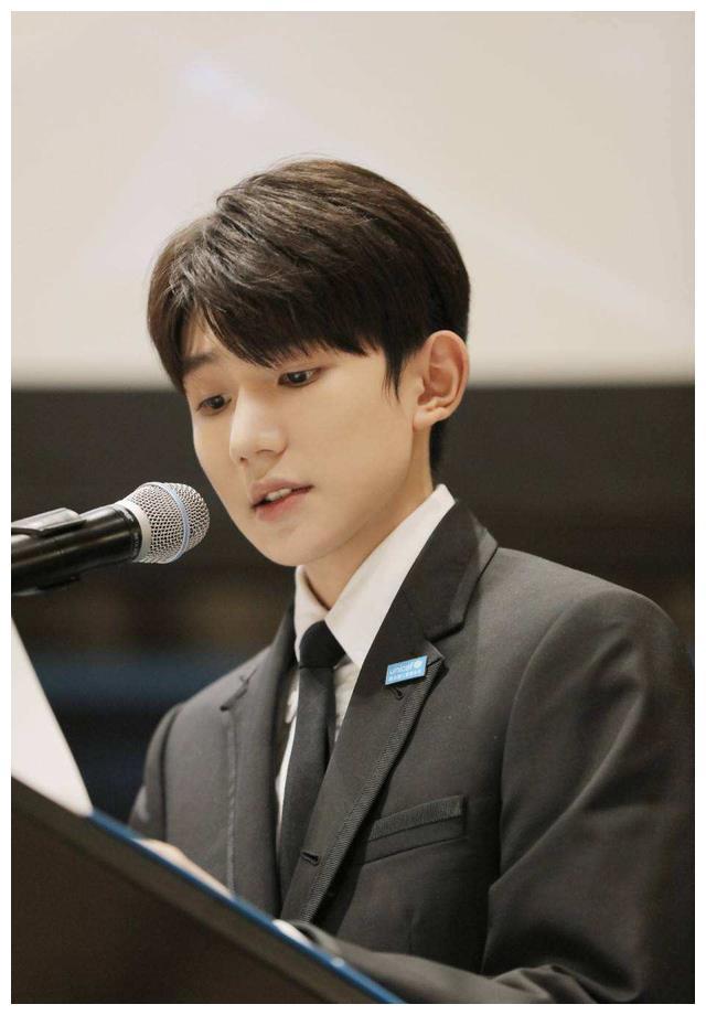参加联合国演讲的王源简直是帅翻到国外了