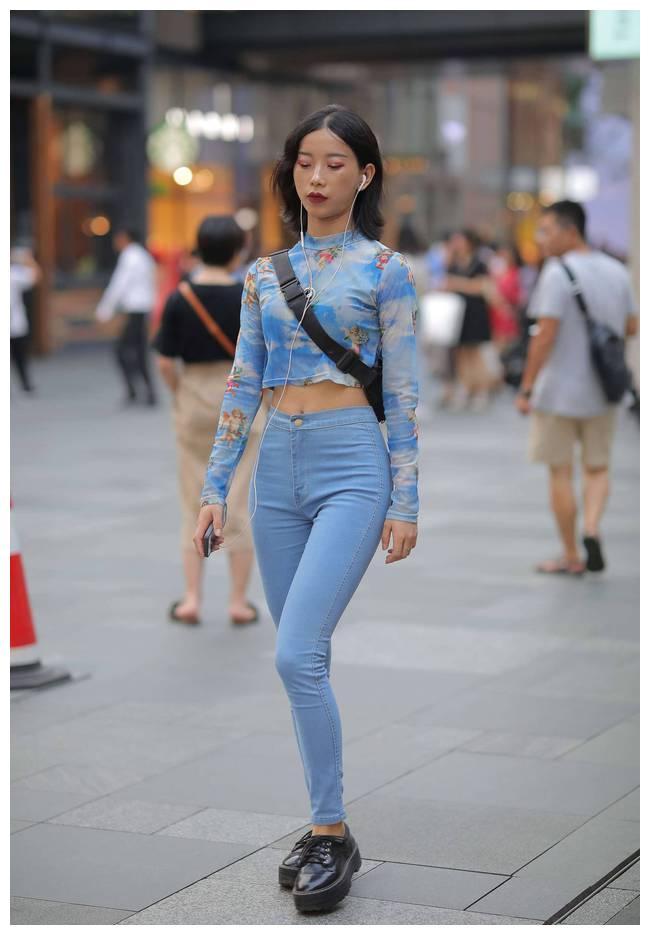 小巧个性的扎染上衣,蓝色的衣服清新自然,穿搭科技感十足