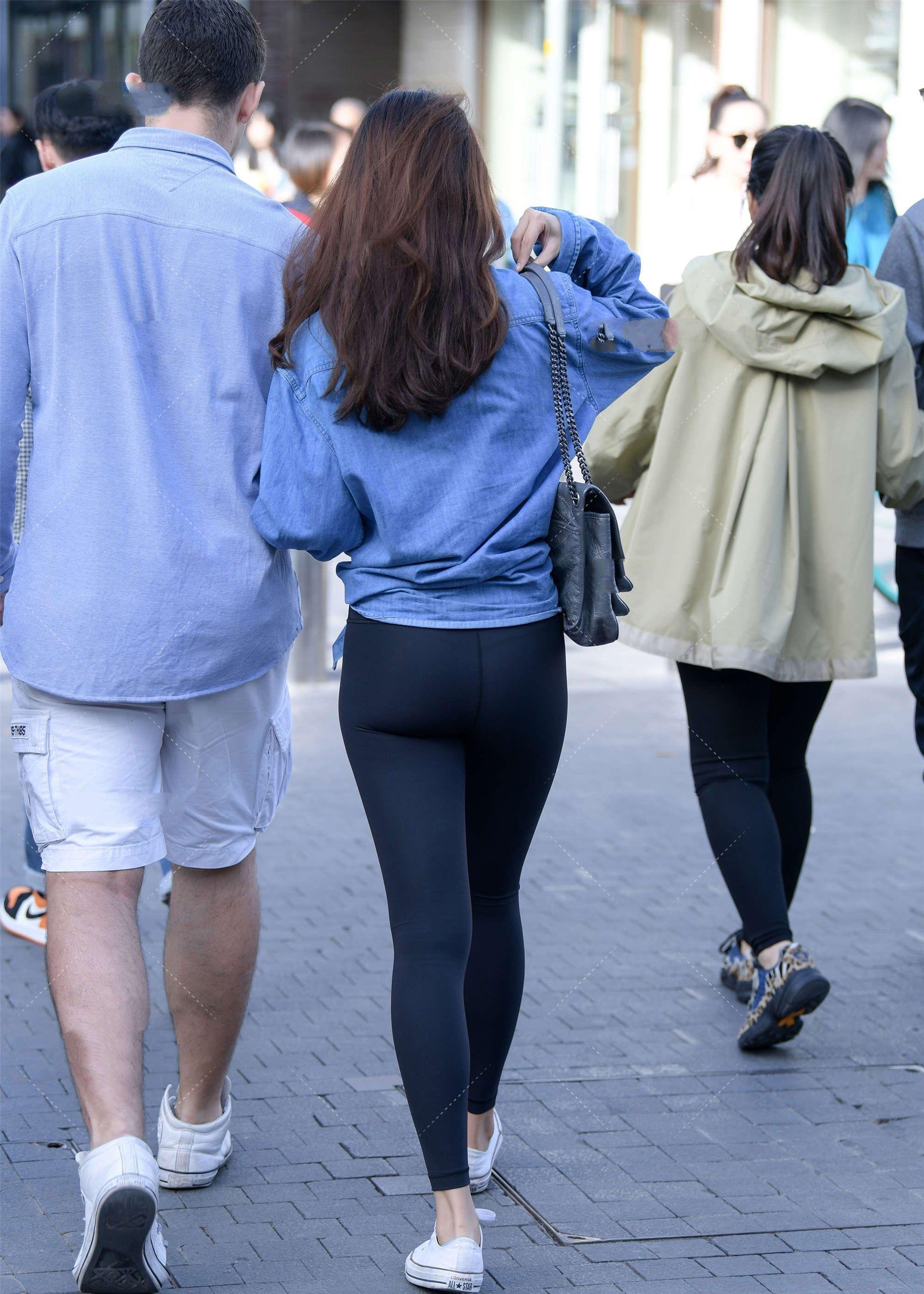 宽松版型牛仔衣搭配黑色紧身小脚裤,时尚又修身,身材紧致又苗条