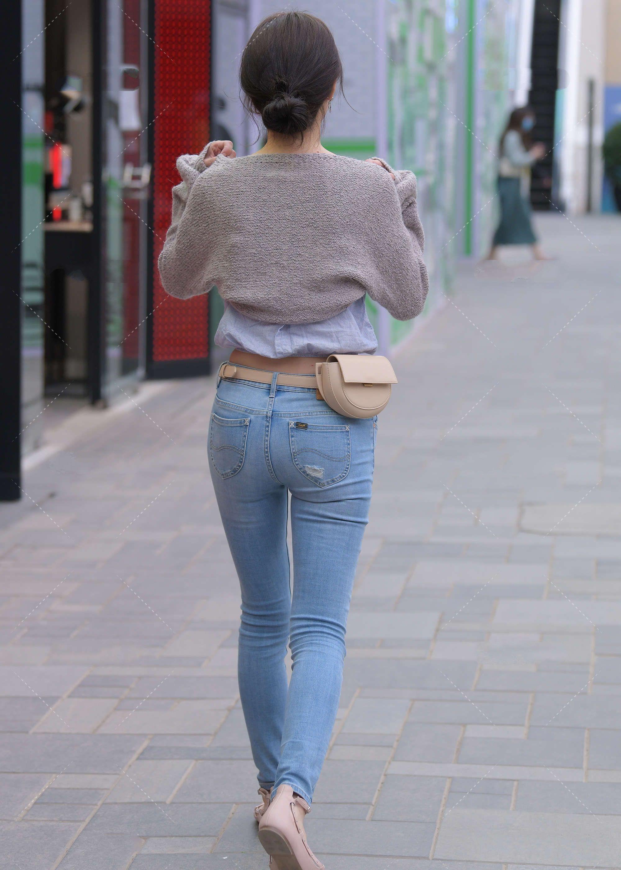 时尚:蓬松小上衣显温柔,浅色穿搭清新自然,腰带点缀更加时髦