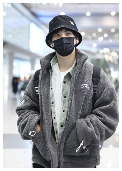 张远灰色摇粒绒外套+休闲裤+渔夫帽温暖随性