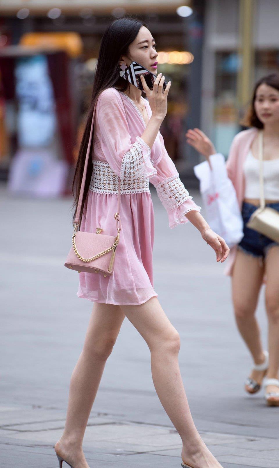 时尚街拍:连衣裙搭配粉色包包, 简约时尚, 尽显优雅女神姿