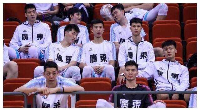 全运会赛场球迷喊话胡明轩,杜锋捂耳表示听不到