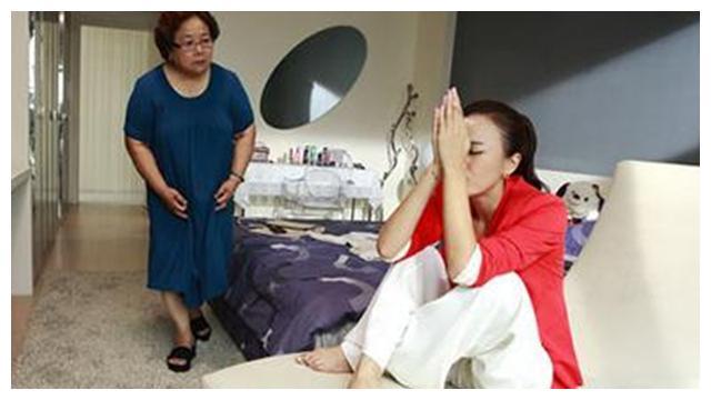 50岁妈妈催26岁女儿生娃被怼:你自己带娃还不够累吗?别祸害我了