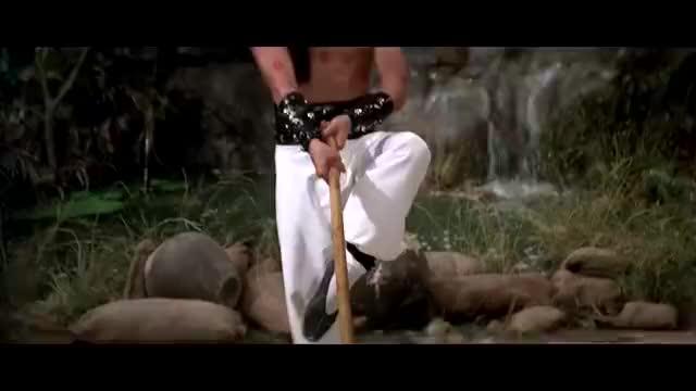 狄龙这手劲是有多大,手持棍子使出一招撇扫把,扫砖头如同扫叶子