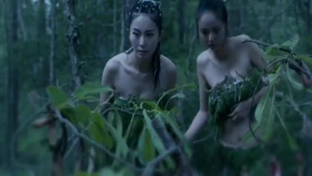 女生穿越来到荒野丛林,被大蘑菇里面的东西吓到!
