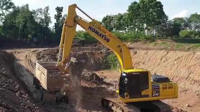 小松PC210挖掘机挖池塘,操作水平还不赖