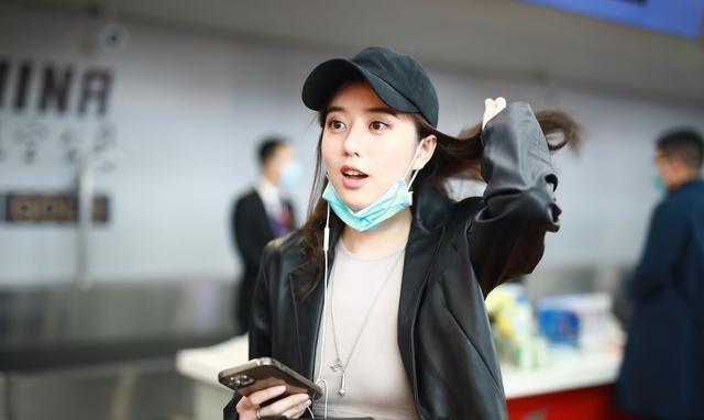 李凯馨现身成都机场 笑容甜美迷人啊