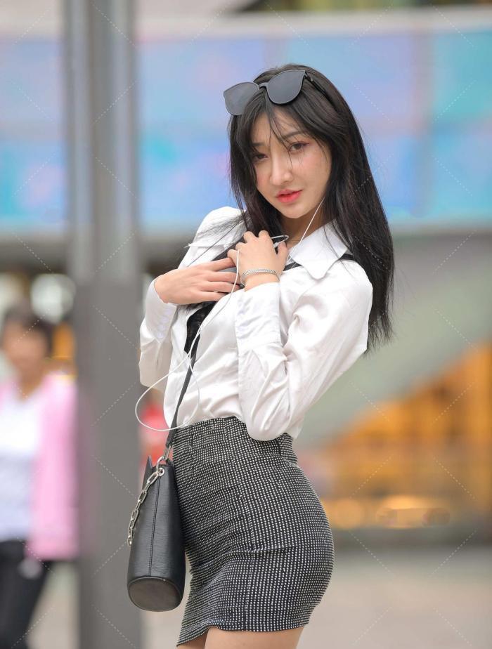 万能百搭的白衬衫和A字裙,展现出女性婀娜的身姿,美丽动人