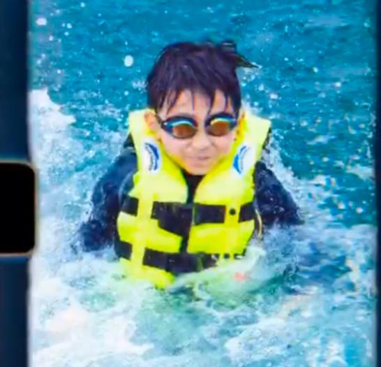 张柏芝游泳只带老二?不见其他两个儿子,小Q样貌像极了谢霆锋