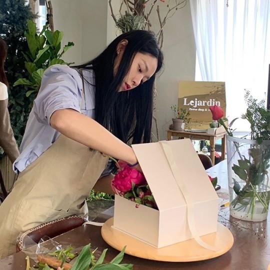 AOA金雪炫公开为父母结婚纪念日制作礼物的样子 比花还美的外貌