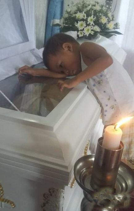 妈妈去世之后,两岁男孩趴在棺材上的一句话令在场所有人感动落泪