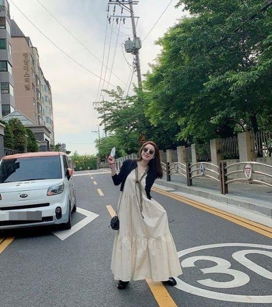 徐仁英因擅自在道路中间拍照 遭到网友的抨击
