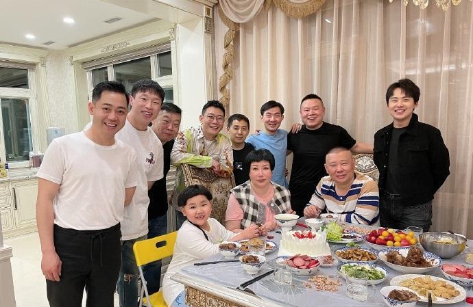 郭德纲的妻子王惠生日,郭麒麟和岳云鹏前来祝贺