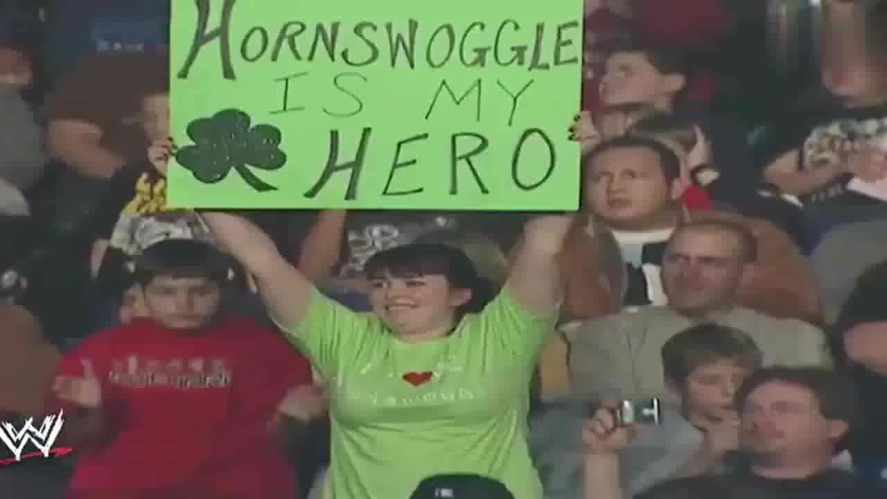 WWE:小矮人对战巨人卡里,吓得到处乱窜,把观众都逗笑了!