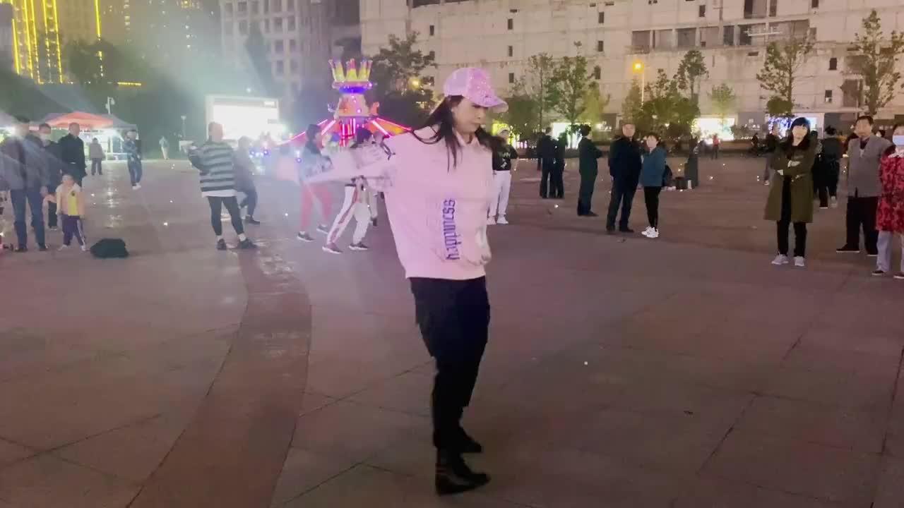 长腿美女广场跳鬼步舞,17岁小伙不服冲出来尬舞,现场百人围观!