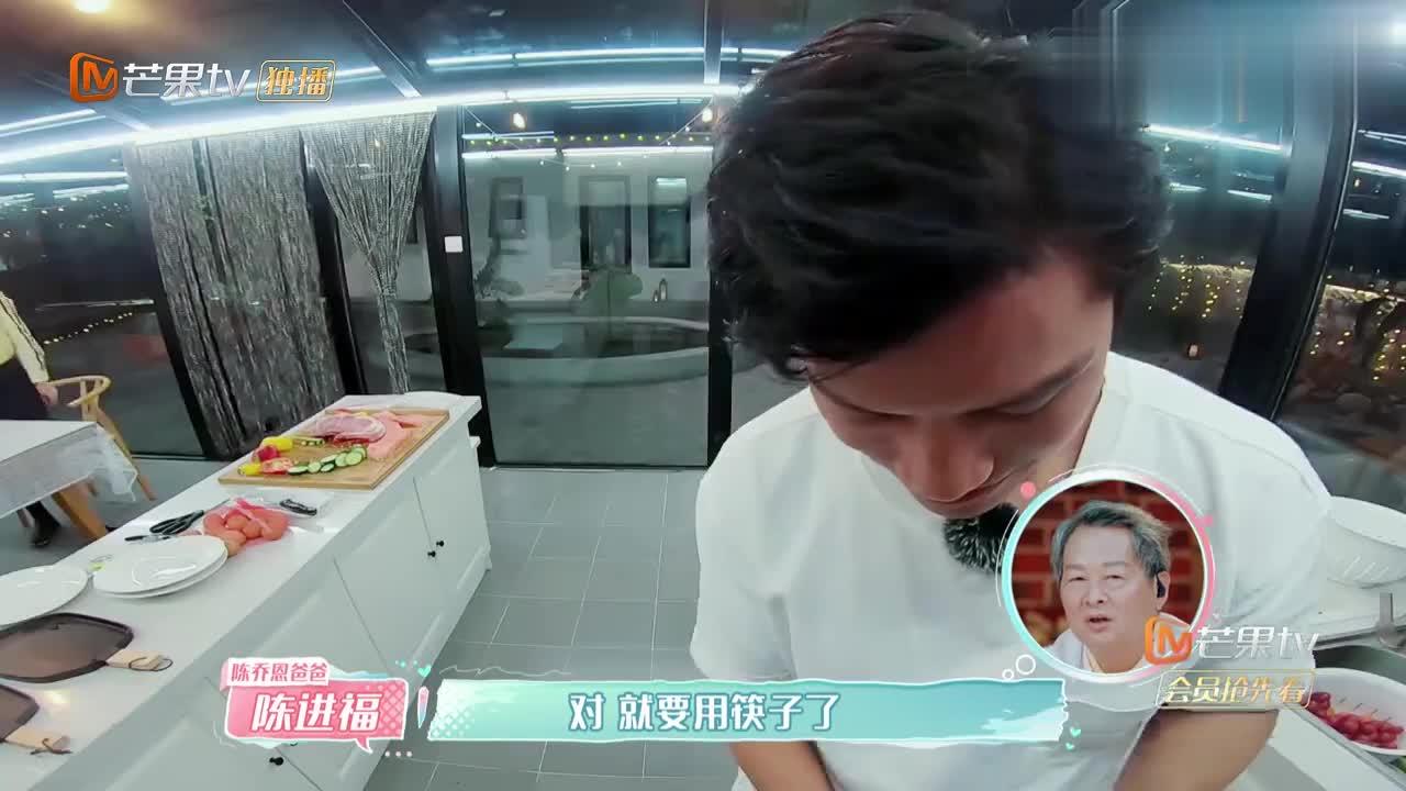 艾伦做饭陈乔恩主动帮忙,两人站一起还真是配一脸,太甜了!