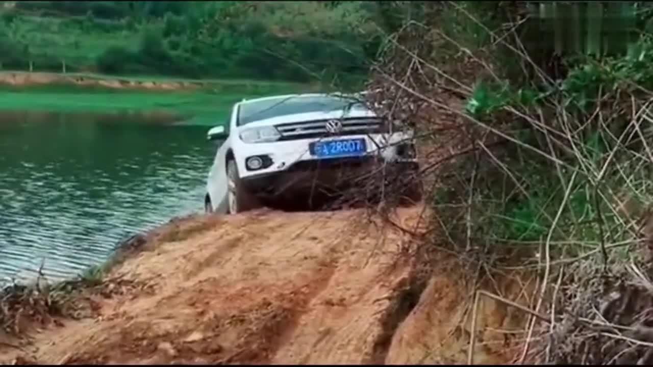 视频:这车技真牛,眼看就要掉下去了,看途观司机是如何爬上来的