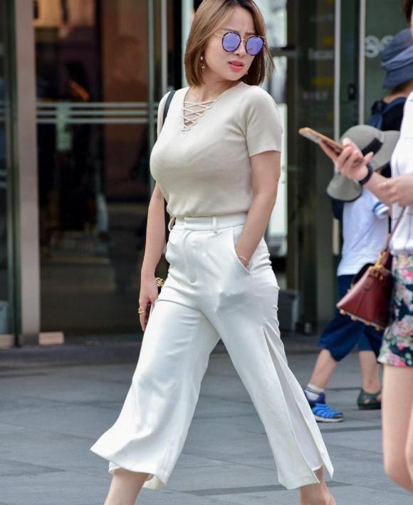 穿衣追求潇洒的美,米色短袖衫配白色甩甩裤,穿搭清爽又时髦