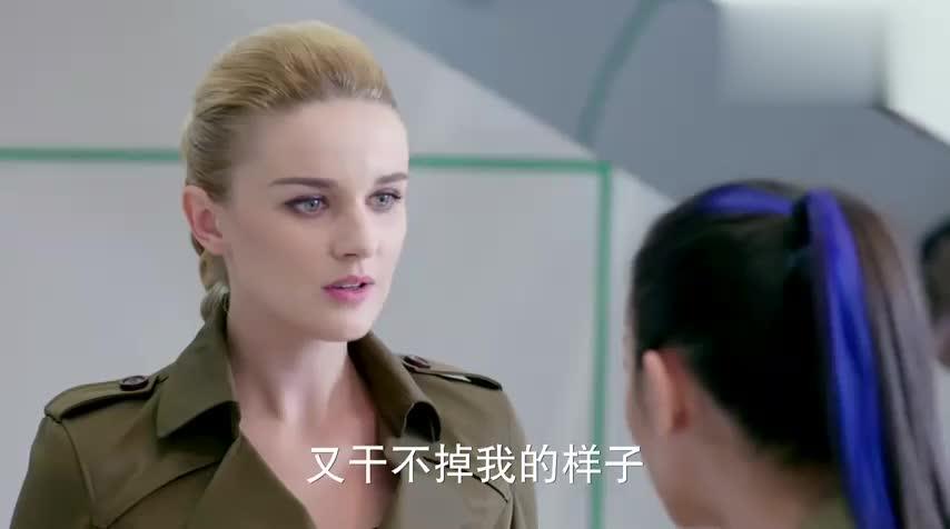 美女保镖真是太霸气了,一眼不合就要挑战自己的上司