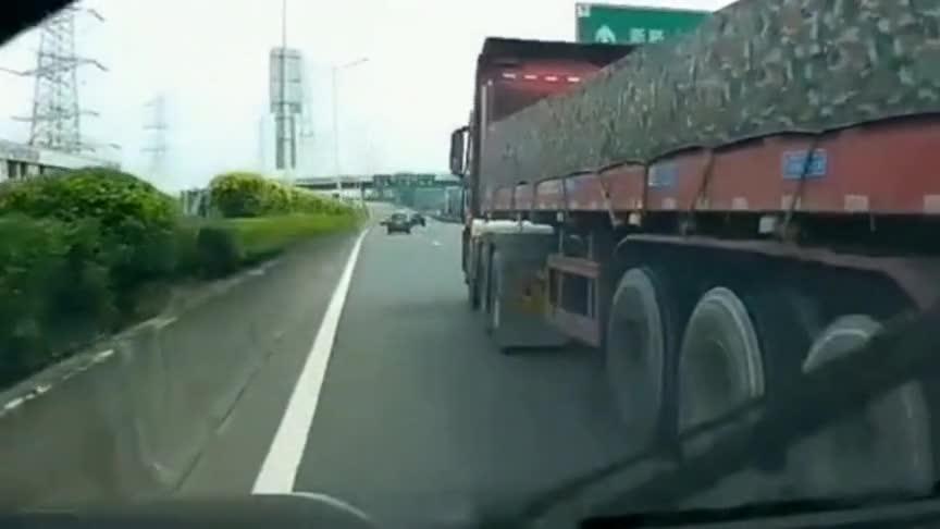 货车刹不住车突然变道!不摆这一下,前面那黑车可能就回老家了!