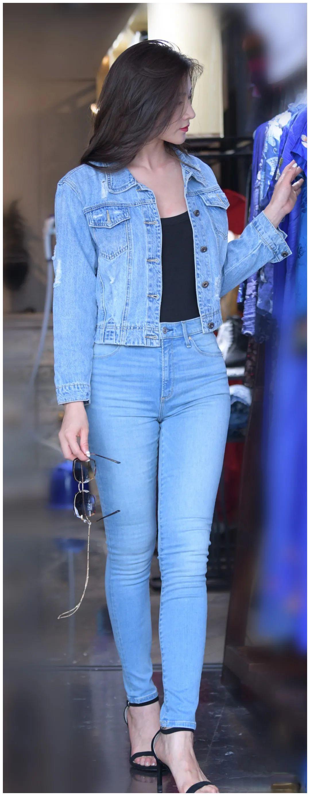 一件淡蓝色的紧身牛仔裤,大气简约,惹人喜爱